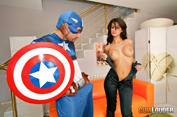 Susy Gala y el Capitán Americano en una follada