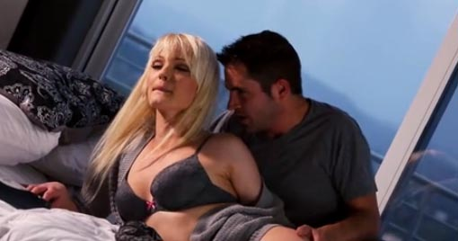 Kris Slater penetra a cuatro patas a la rubia Zoey Paige