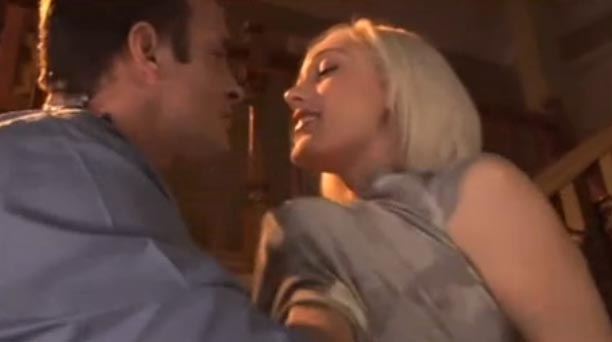 La rubia Lily Labeau en una escena de sexo