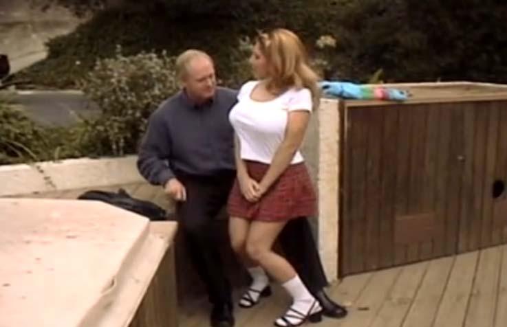 Kiki Daire follando con un hombre de mediana edad