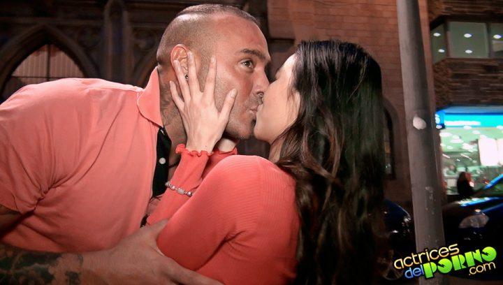 Dinio y Lady Mai tienen sexo oral en el ascensor