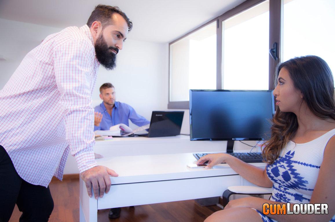 Frida Sante y Juan Lucho se lo montan en la oficina