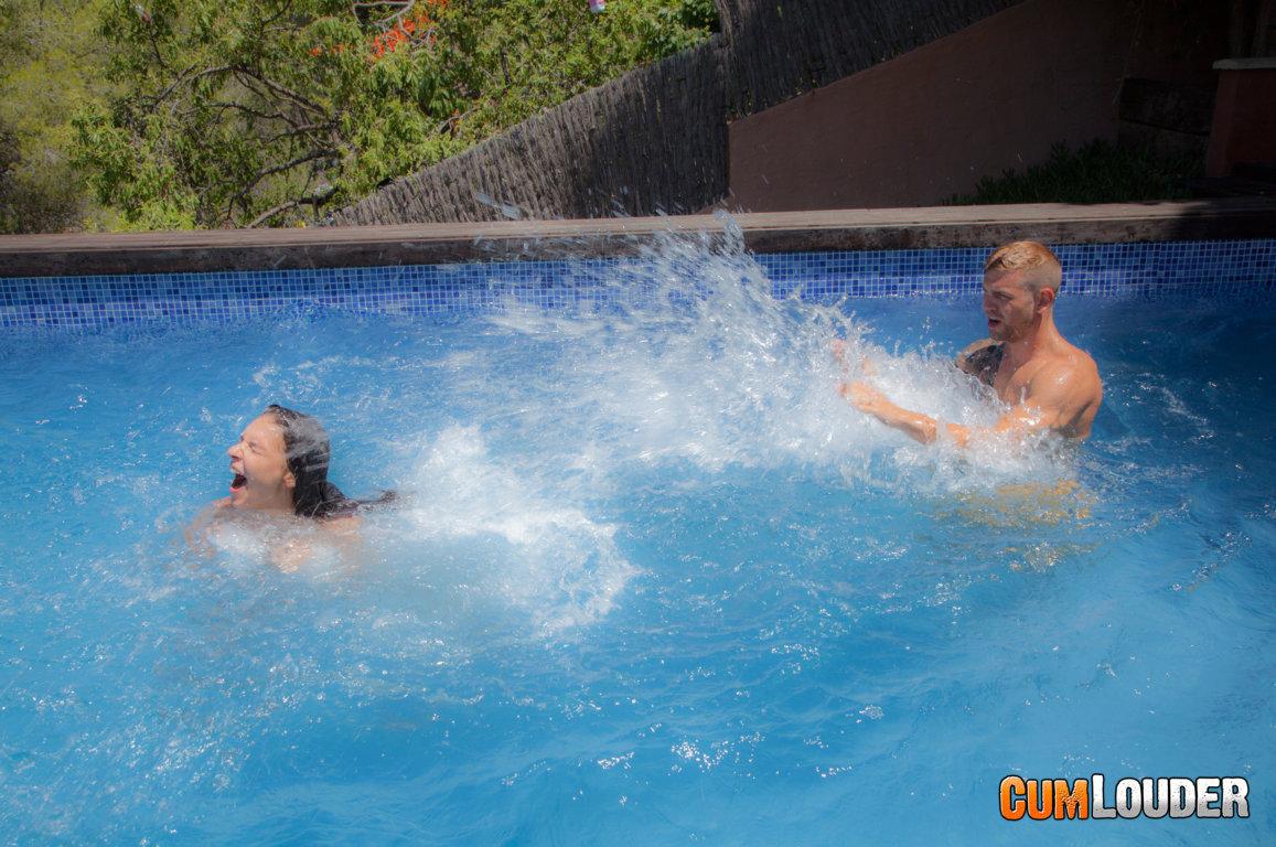 Hennesy y Juan Lucho se lo montan en la piscina
