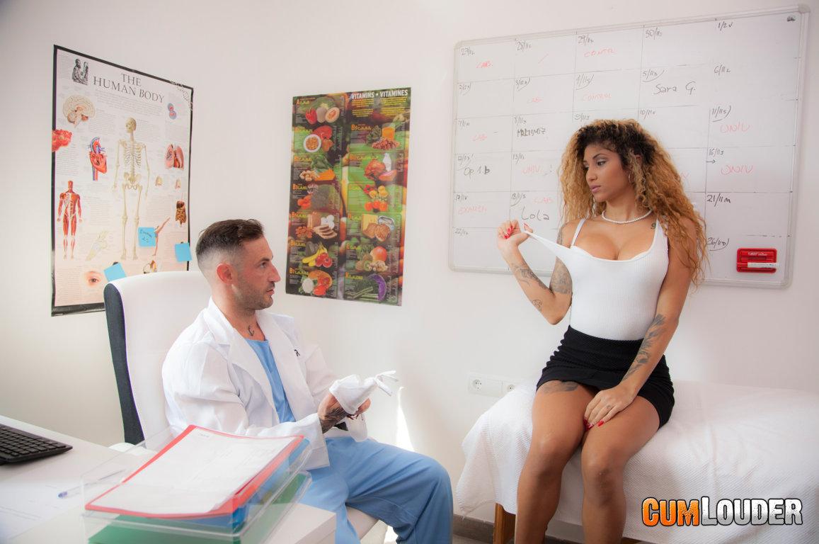 Venus Afrodita y Emilio Ardana follan en la consulta